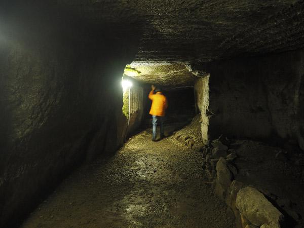 天井が低い室岩洞内部