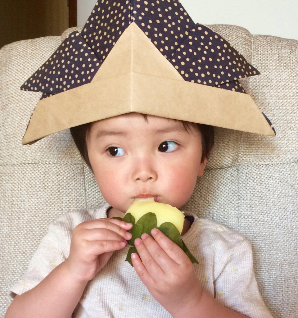 柏餅を食べる子供