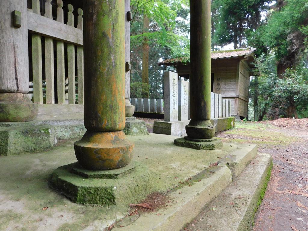 大分県丸山八幡神社にあるデザインされた束石