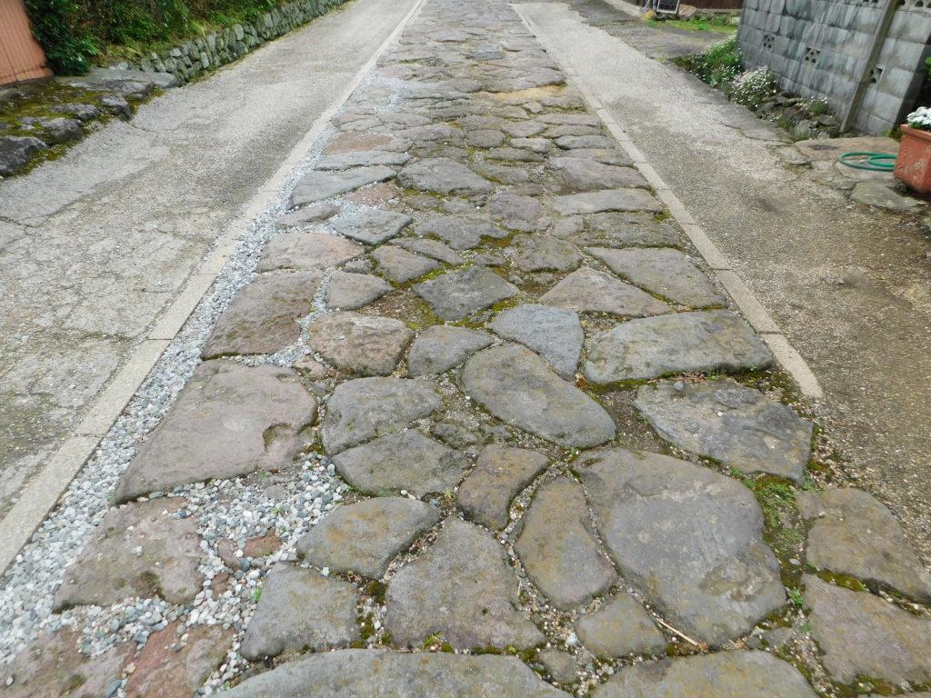 大分市肥後街道石畳街道の整然と並べられた石