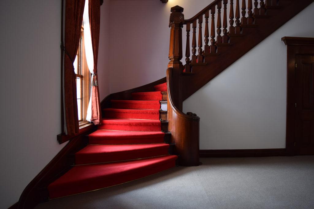 豊平館の赤絨毯の階段