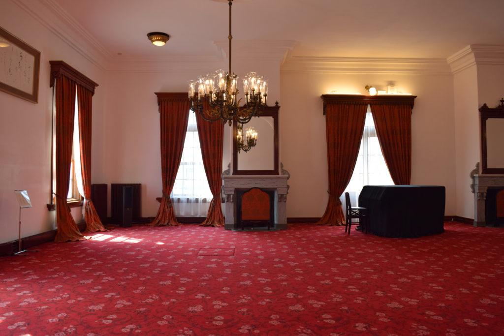 赤絨毯と西陣織のカーテンが映える札幌中島公園内の豊平館内観