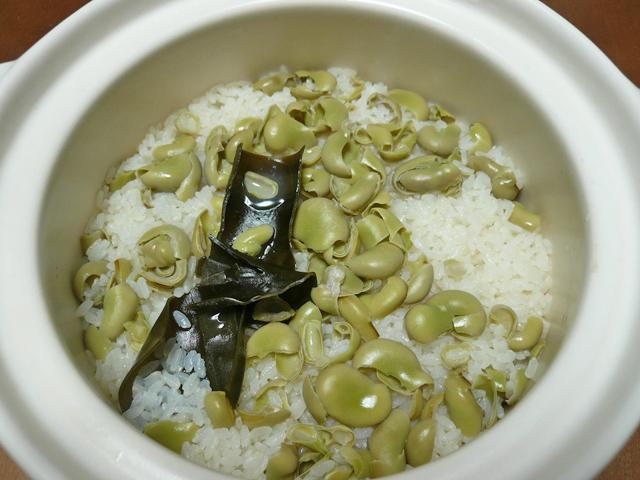 炊き上がったそら豆ご飯