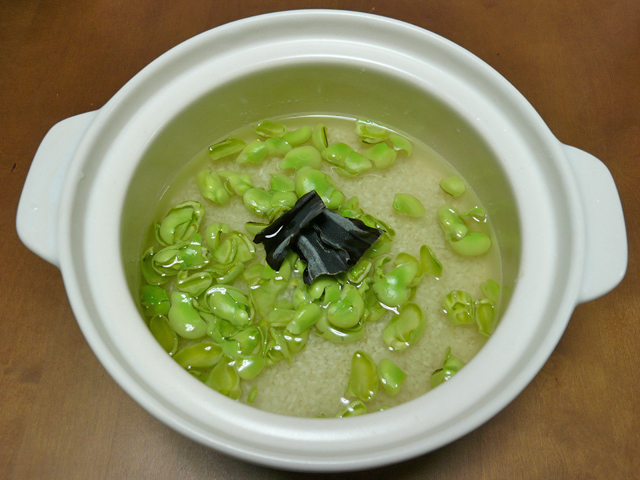 土鍋にそら豆ご飯の材料を入れる