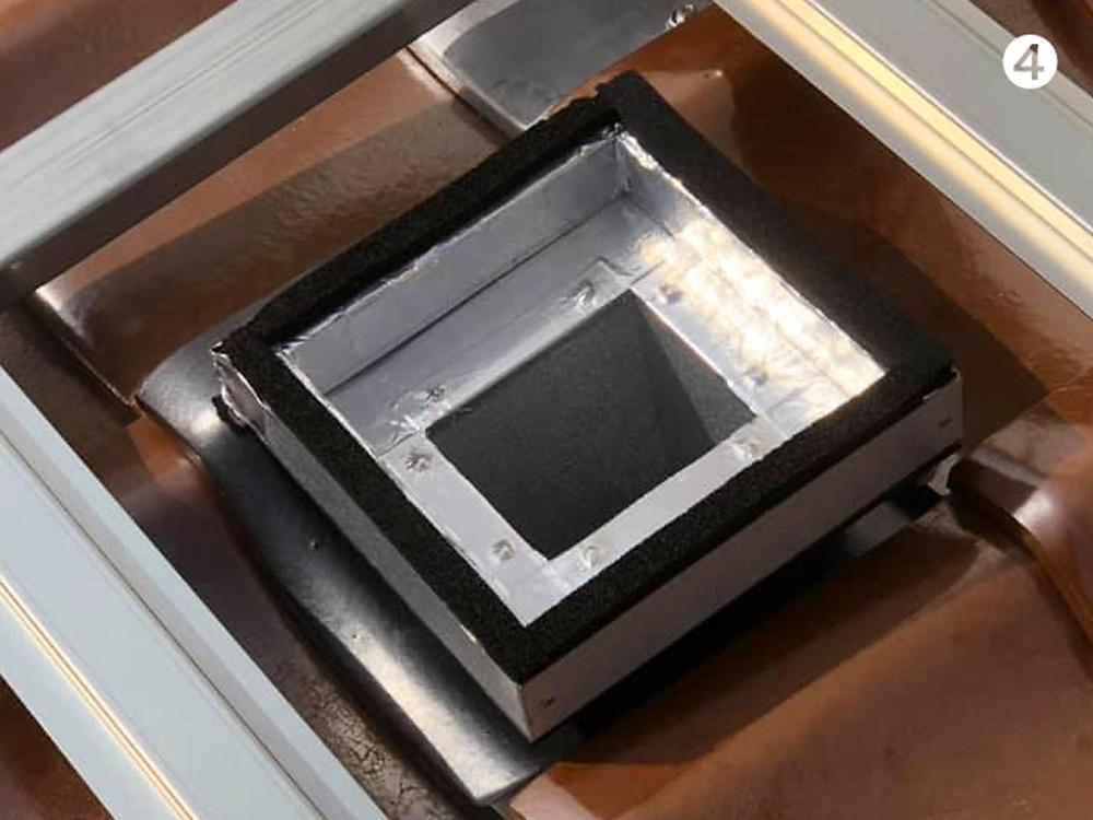 瓦屋根に空気集熱のダクト接続部を入れ込む