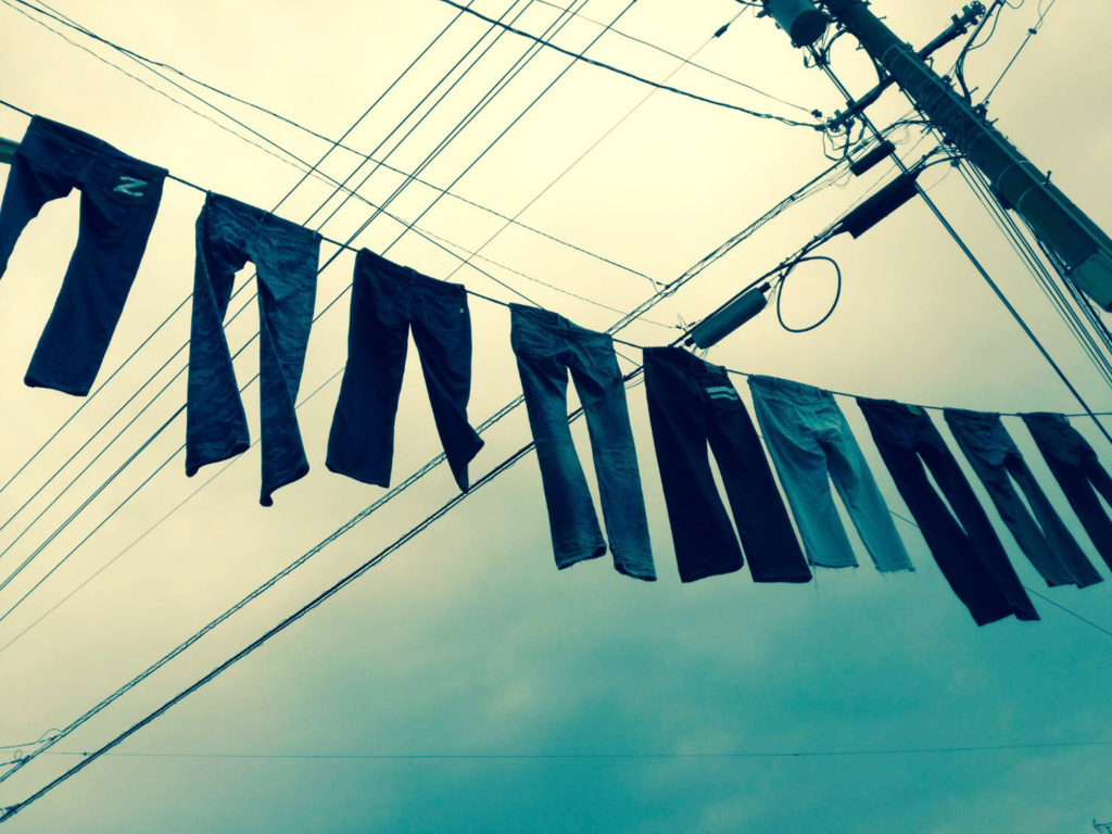 ジーンズストリート名物電線に干されたジーンズ