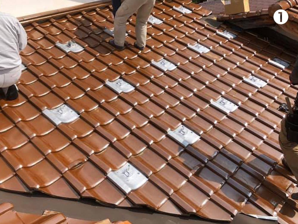屋根瓦にソーラーのベースを設置