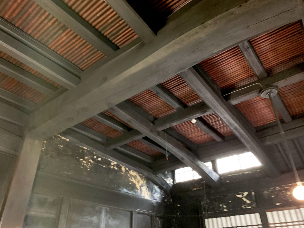 かまどの煤で真っ黒に燻された天井