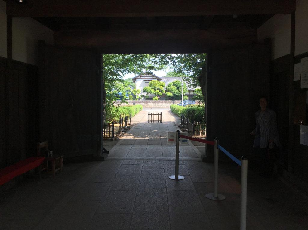旧吉田家の長屋門出口