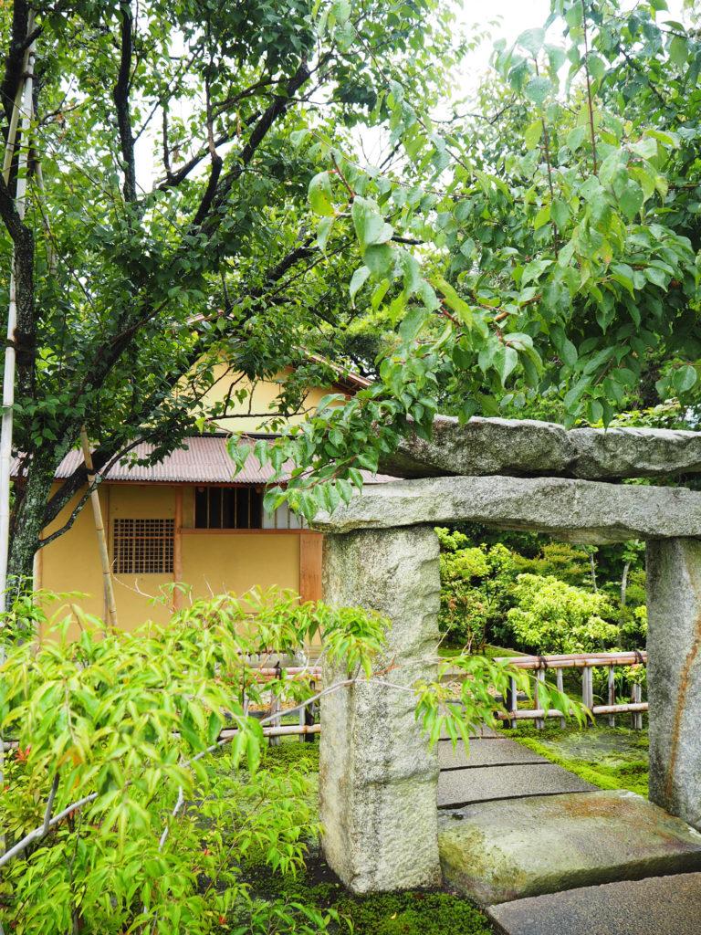 石造鳥居と茶室「雨聴天」