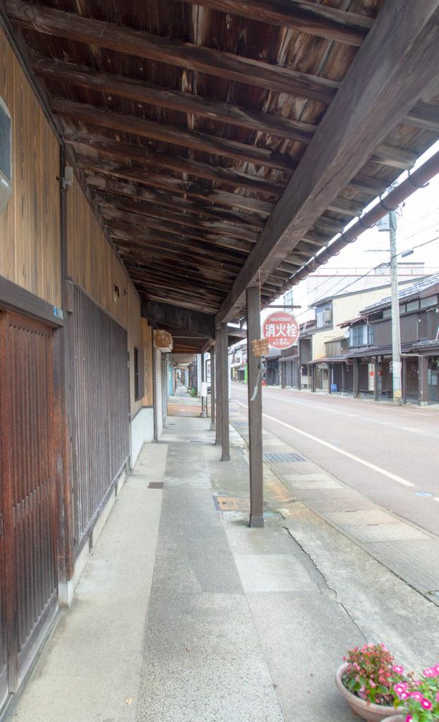 上越市高田の雁木通りは軒の下が通り道