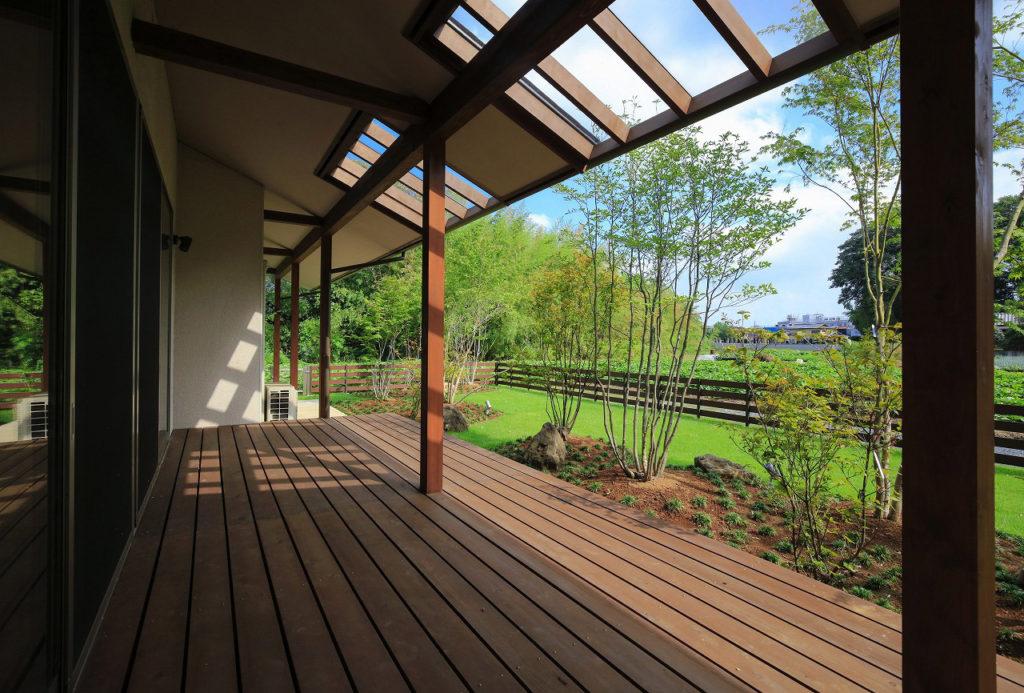 軒のガラス屋根が太陽の日差しを入れる家