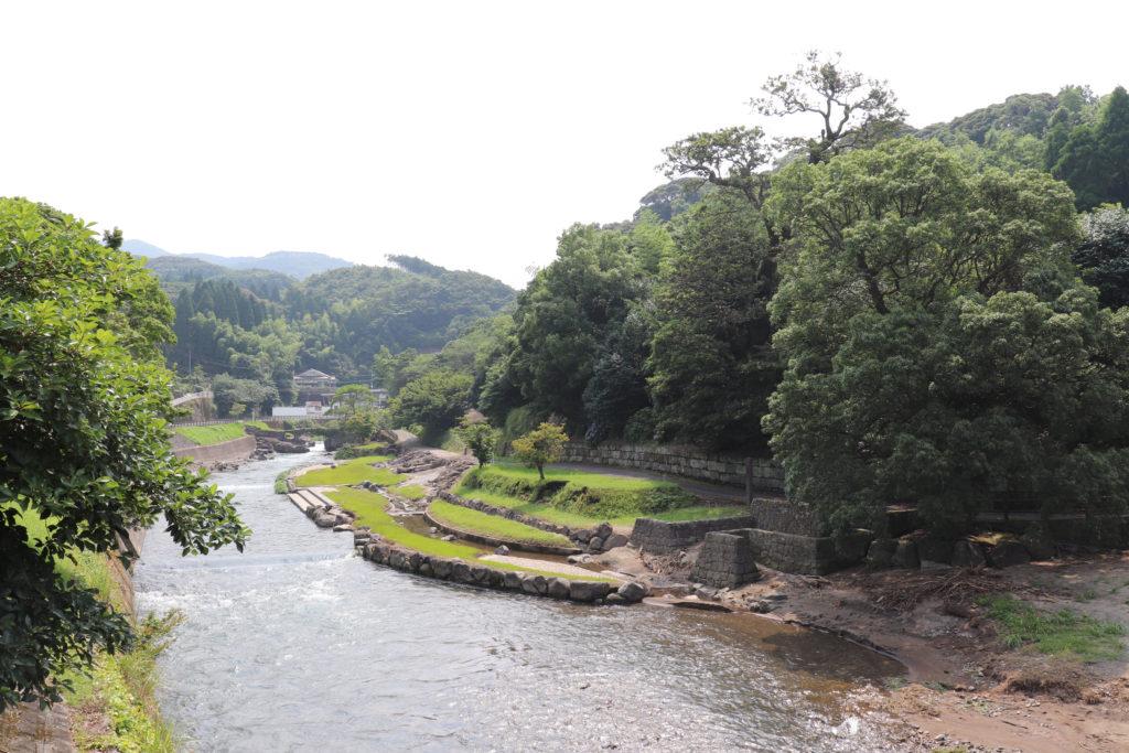 敵が攻め入りにくい裏山を川辺に作られた外城