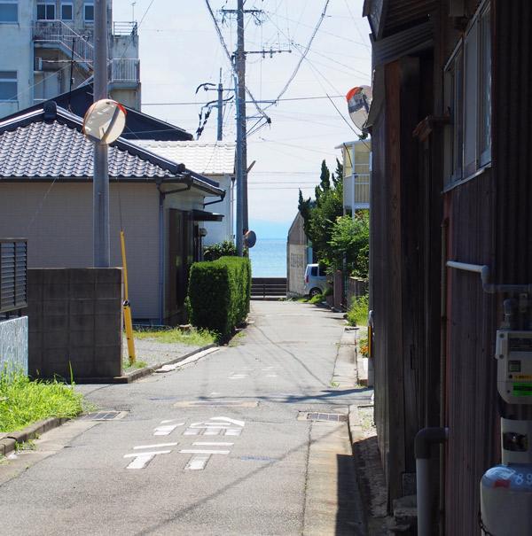海が見える路地