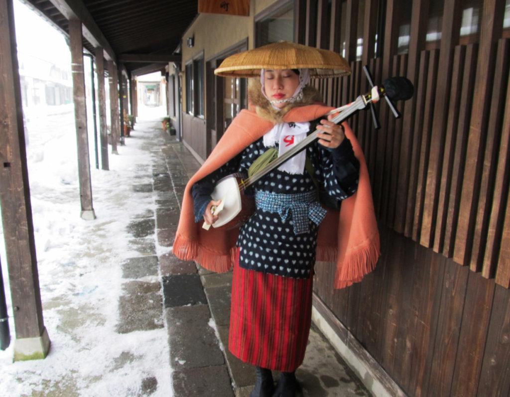 三味線をかかえた盲目の女旅芸人高田瞽女