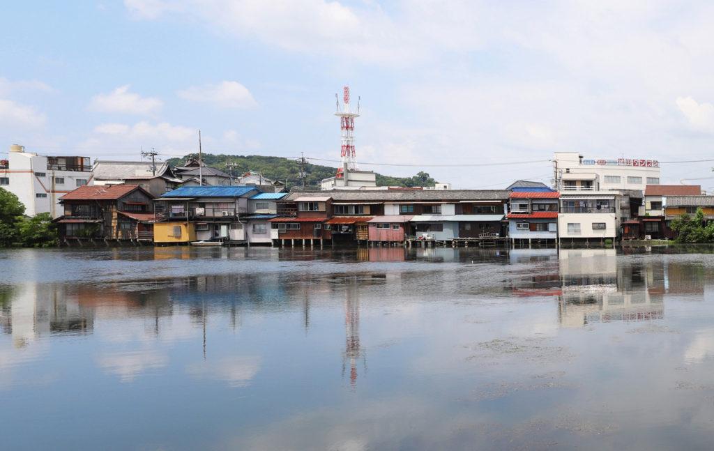 川に浮かんだように見える町の風景