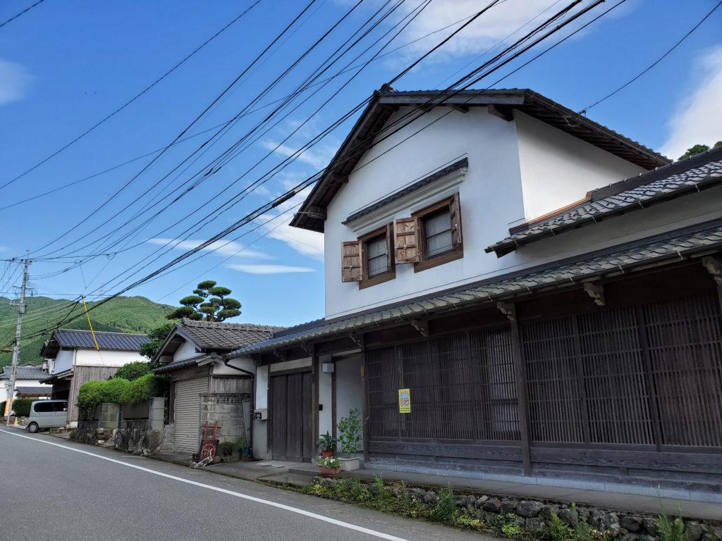 しっくいと木の格子が美しい筑前の小京都