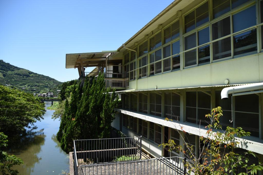 裏には川が流れている日土小学校