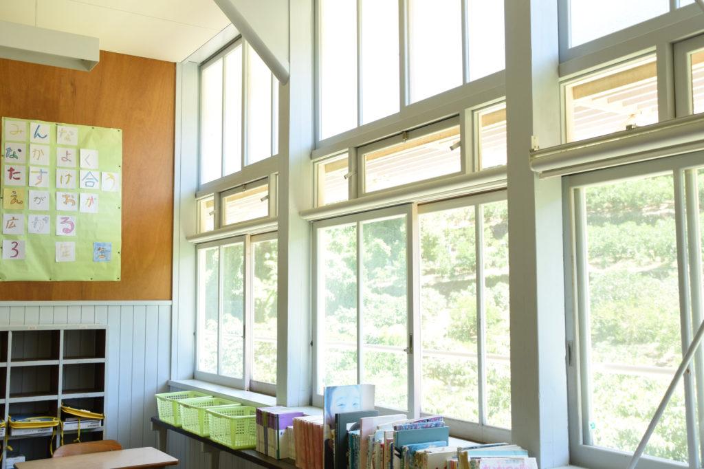 壁一面窓で明るい教室