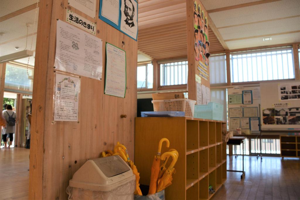 仕切りが少なく風と光が通る教室