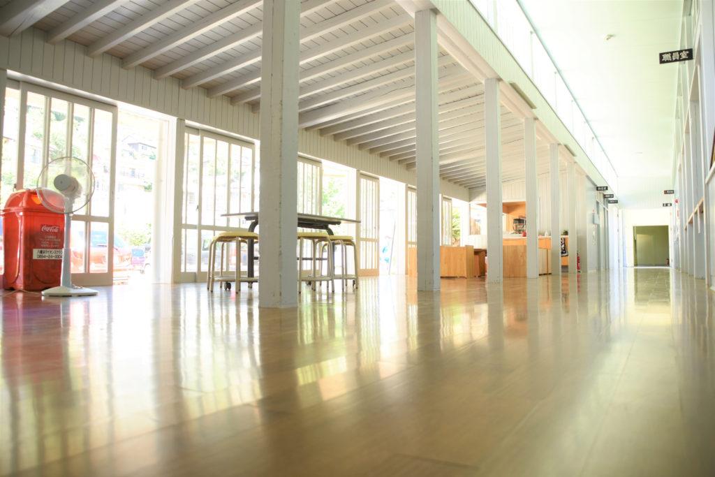 光が差し込むホールと廊下