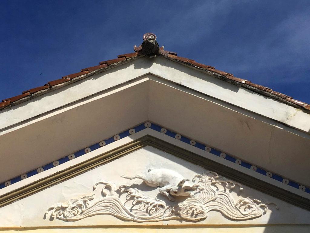 うさぎの鏝絵と赤屋根