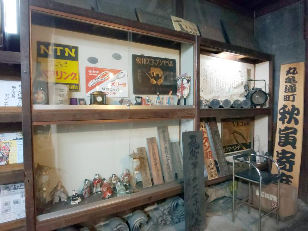 古看板や人形など古い物がいっぱい