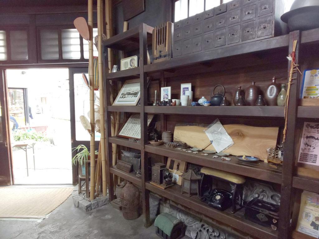 デルビル電話機や黒電話など古道具が並ぶ
