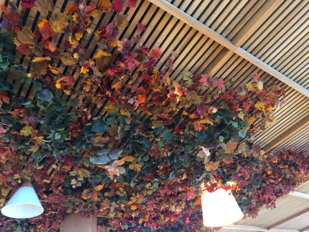 フェイクグリーンで飾られた天井