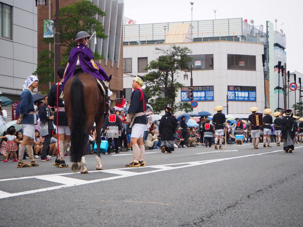 島田大祭で御殿様役の女の子が馬に乗る