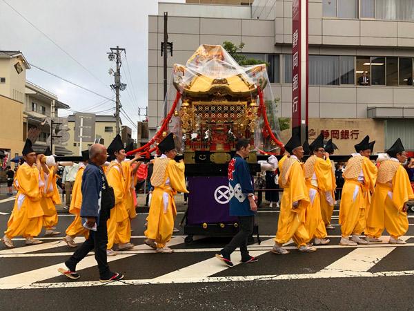 大井神社の御神輿が神輿渡御行列する