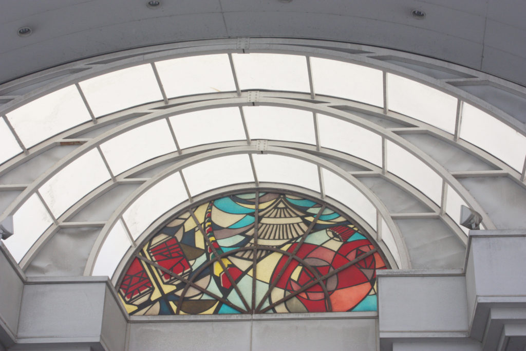 香川県丸亀市の通町商店街入り口のステンドグラス