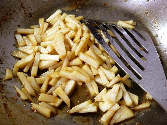 白ワインとりんごを炒める