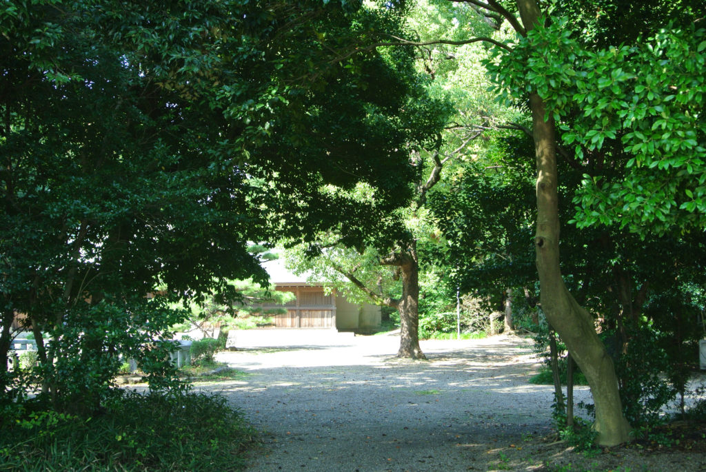 緑に囲まれた明治川神社