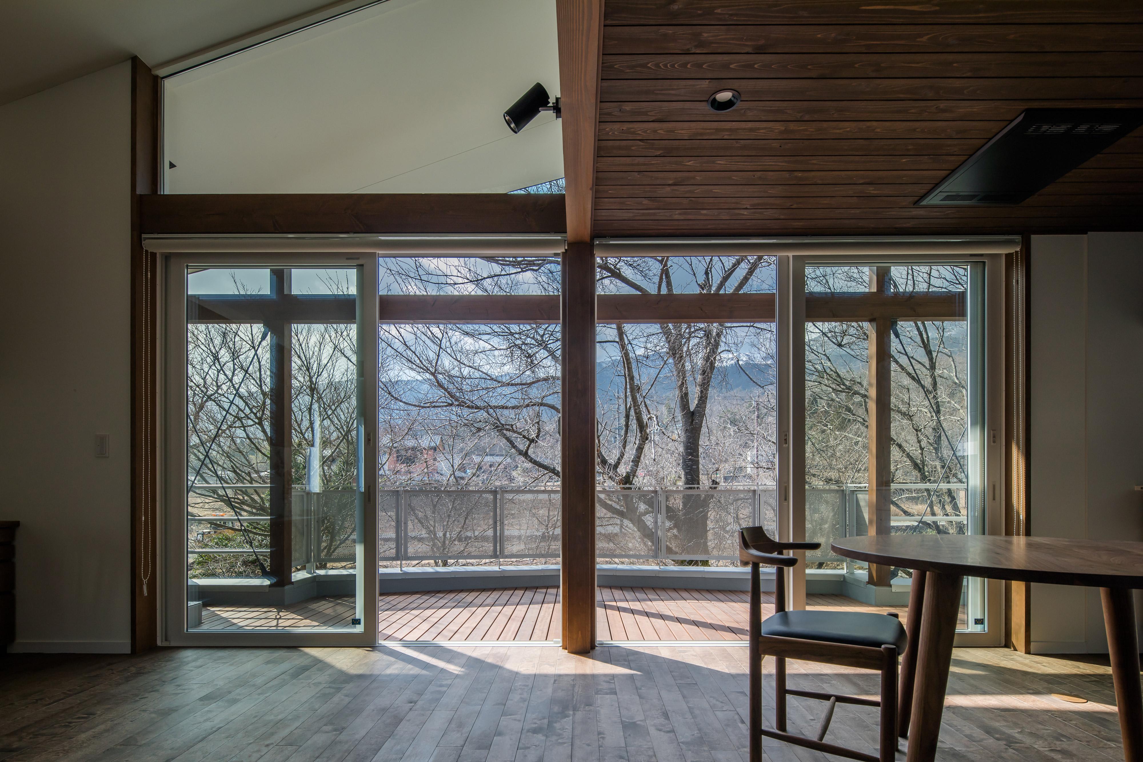 2階リビングの大きな窓からの景色
