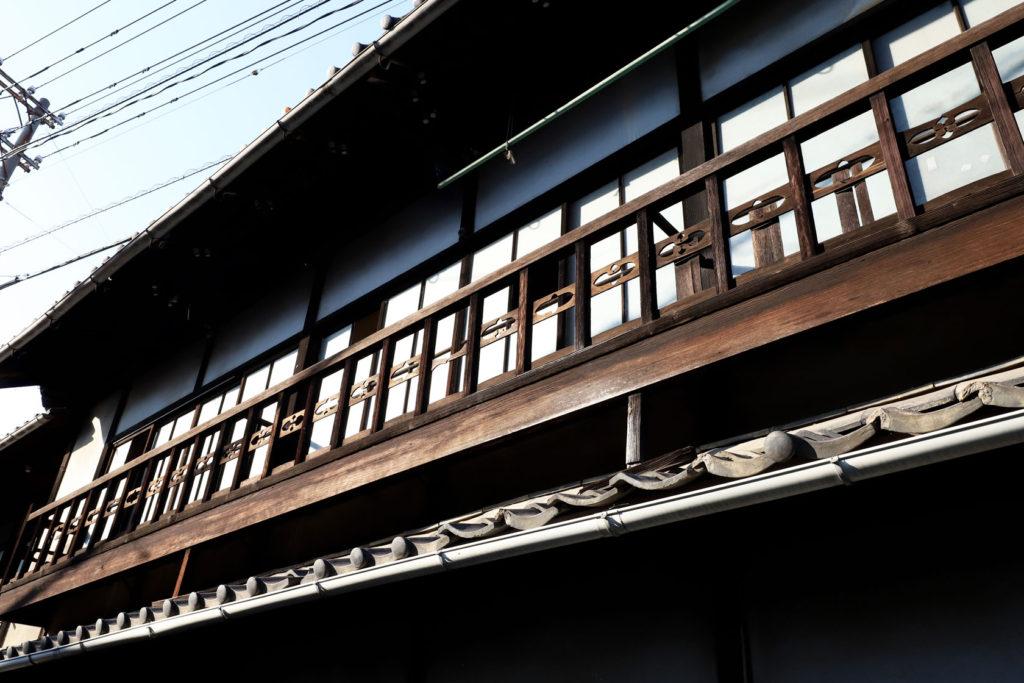 元遊郭の窓に雰囲気のある装飾
