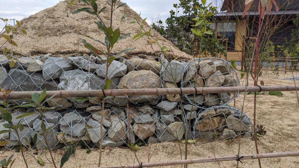 蛇籠と土塁の塀
