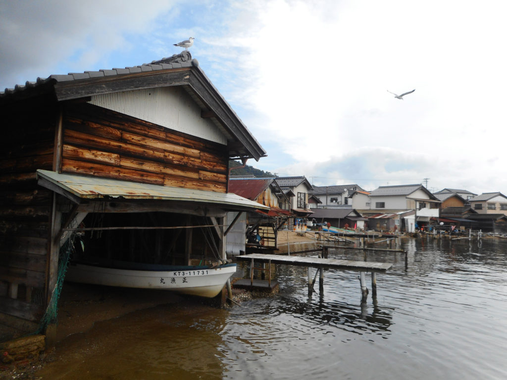 穏やかな海の溝尻の舟屋