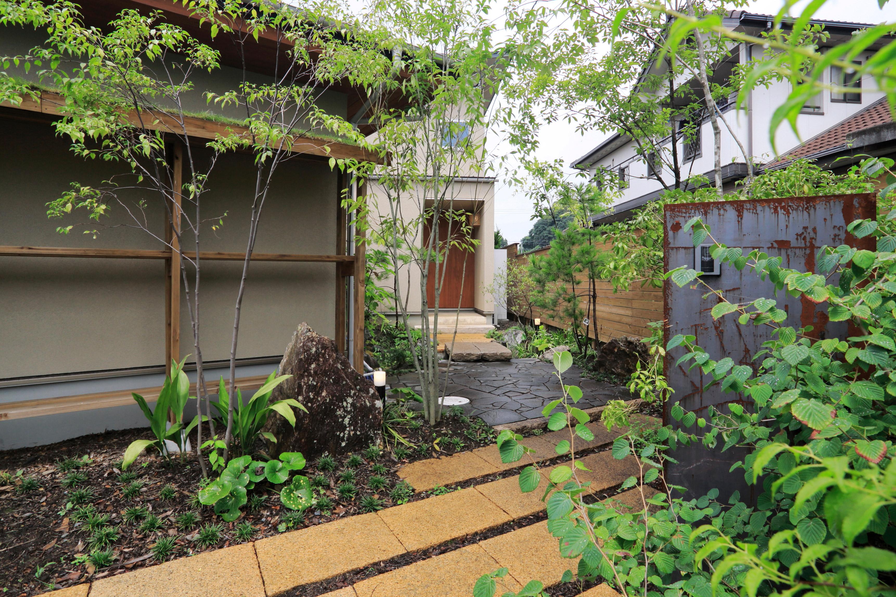 植物が沢山植えられた元町の家エントランス