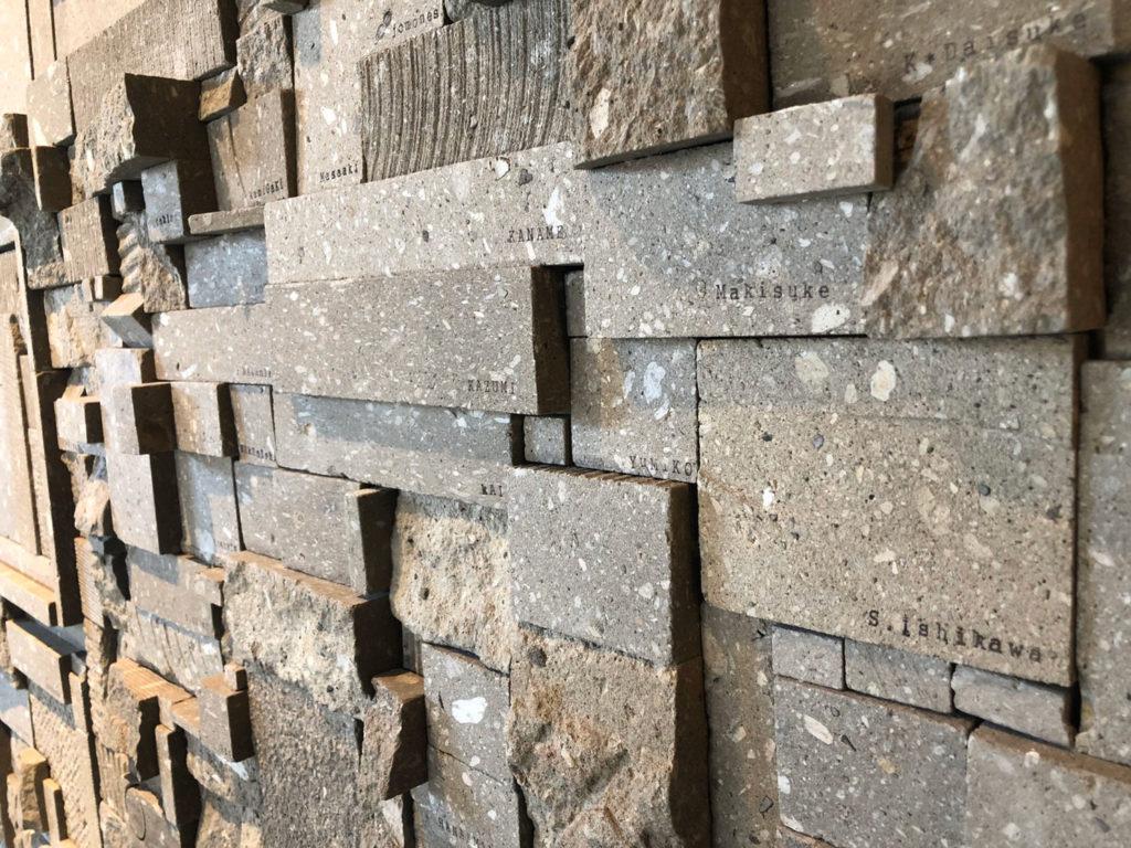 ぽすとかん再生プロジェクト市民の名前が掘られた札幌軟石