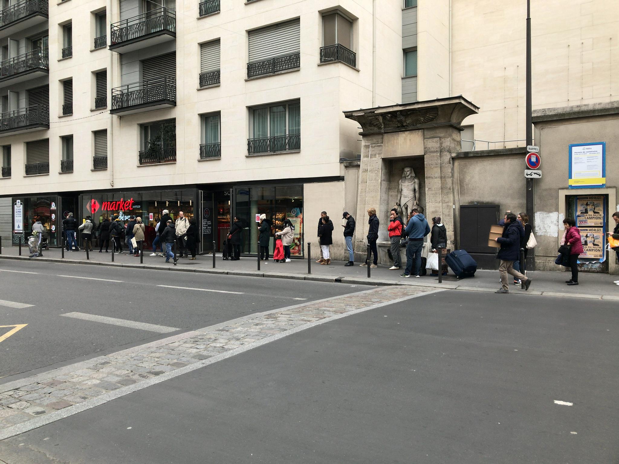 パリのスーパーでの行列