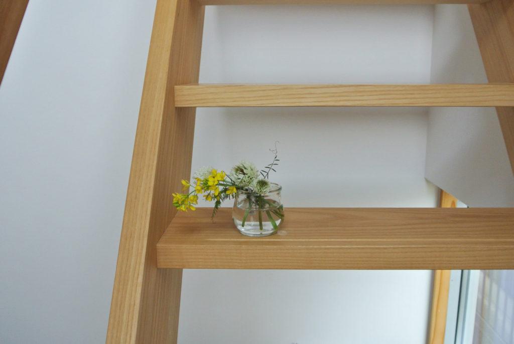 摘んだ花を階段に飾る