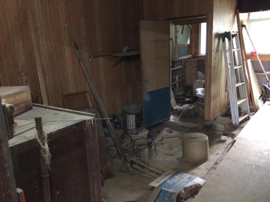古道具とホコリばかりのリノベーション前の家
