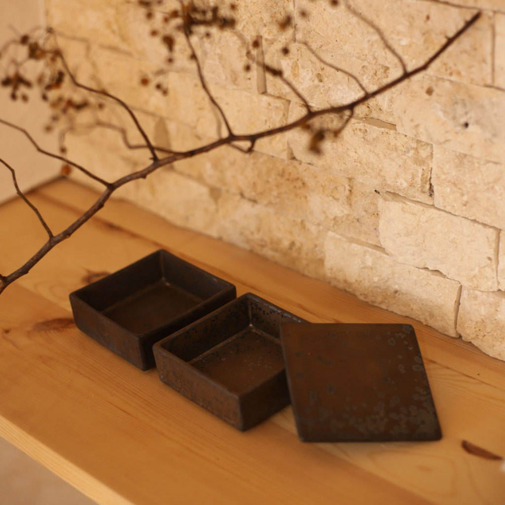 黒い瀬戸焼の重箱