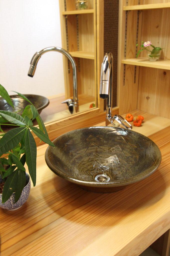 手水鉢に遠州七窯の深い緑の志戸呂焼