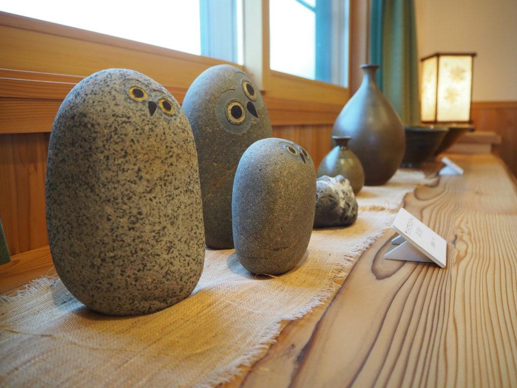 石でできたふくろうの置物