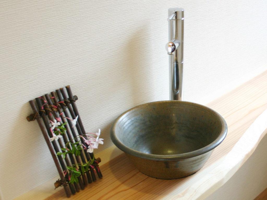 渋い紺色の志戸呂焼の手水鉢