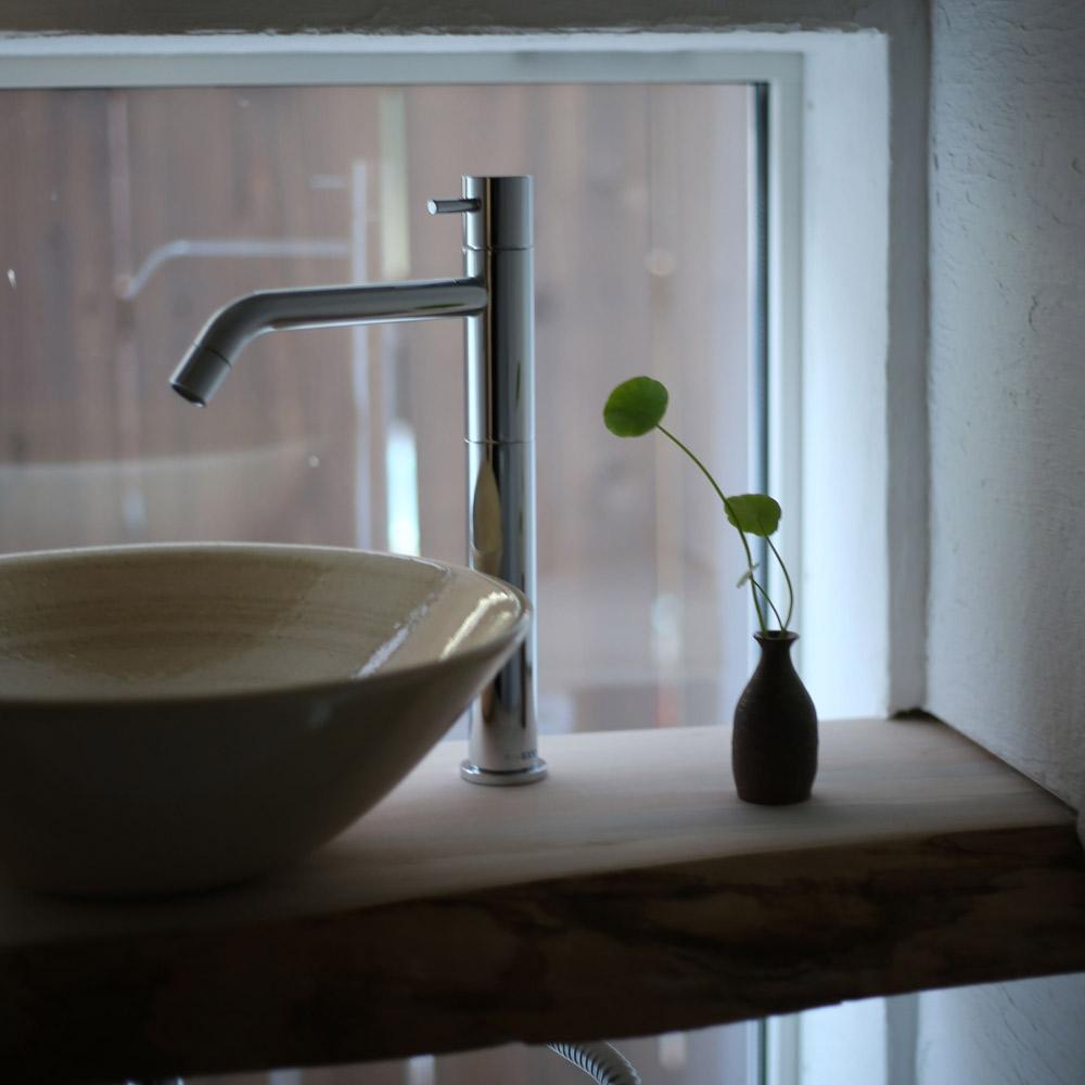 洗面台に小さな一輪挿し