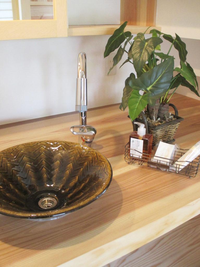無垢の洗面台に合う遠州七窯の志戸呂焼