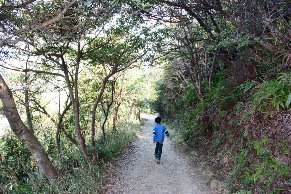 山道を走る男の子